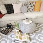 подушки вязаные на диване