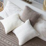 подушки вязаные гна кровати