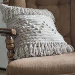 подушка на спицах с бахромой