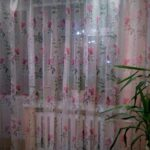 цветной тюль с розовыми цветами