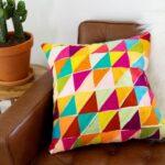 декоративная подушка с треугольниками