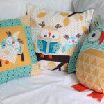 декоративная подушка с совами в спальне