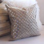 декоративная подушка с бусинами