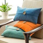 декоративная подушка с большой пуговицей