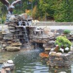 декоративный водопад с орлом