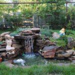 декоративный водопад со статуей