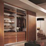 шкаф-купе деревянный с одеждой