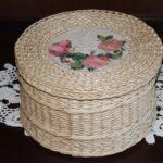 шкатулка плетеная круглая бежевая с розами