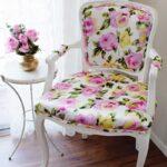 стул деревянный в цветочек
