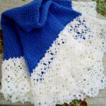 синий плед с белой обвязкой