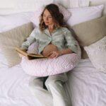 как спать на подушке рогалик