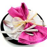 розовый бант на тарелке