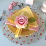 нежная роза на тарелке