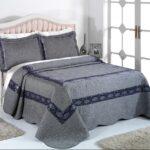 серое простое покрывало для кровати