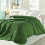 зеленое вязанное покрывало
