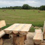 стол и скамейка на природе
