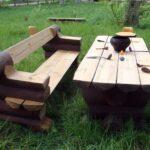 скамейка и стол в саду