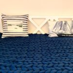 синее вязаное одеяло